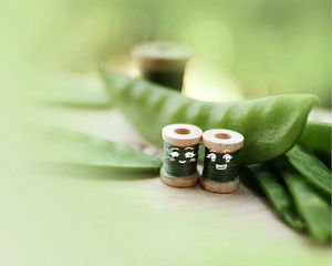 Lovely sewing thread green background picture